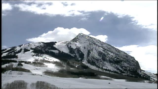 vídeos de stock e filmes b-roll de snow covered mountain and sky in butte colorado - roupa de esqui