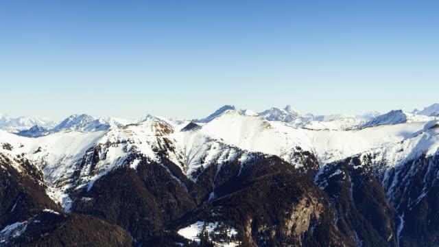 vidéos et rushes de crête de montagne couverte de neige; time lapse - austria