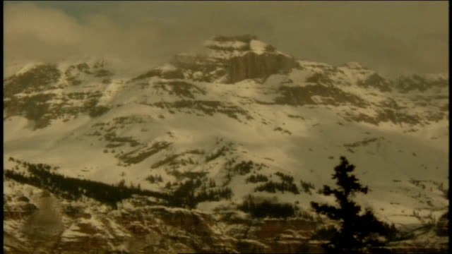 snow covered mountains in telluride colorado - スキーウェア点の映像素材/bロール