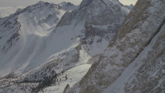 ws pov pan snow covered mountains / mammoth lakes, california, usa - mammoth lakes video stock e b–roll