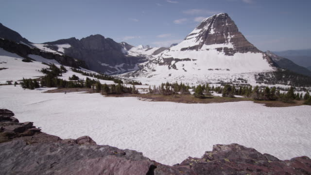vídeos y material grabado en eventos de stock de snow covered rocky mountains, glacier national park, usa - nevosa