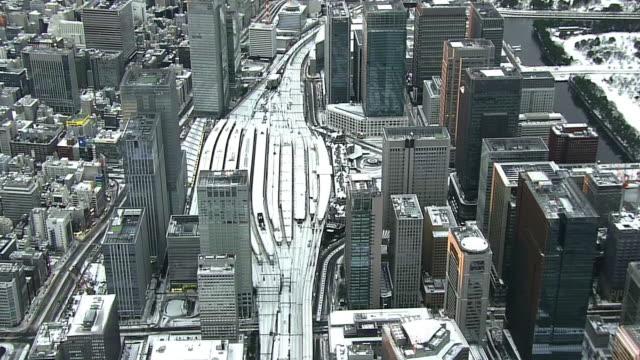 vídeos y material grabado en eventos de stock de aerial, snow covered tokyo skyline - estación de tren