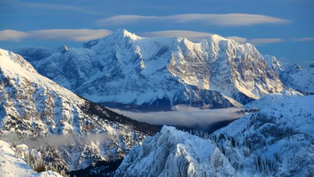 vídeos de stock, filmes e b-roll de coberta de neve montanhas wetterstein com zugspitze - montanha zugspitze