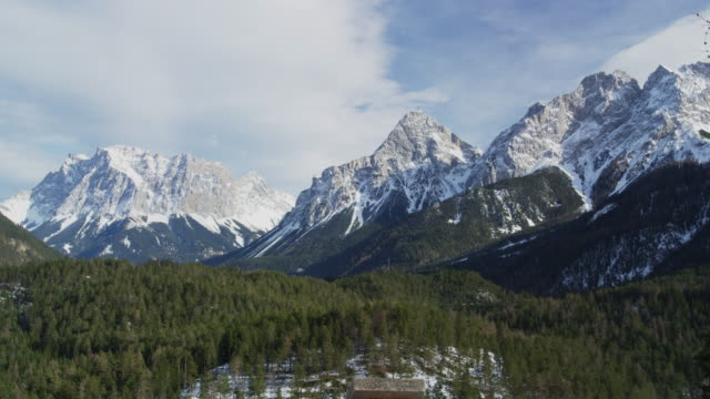 vídeos de stock, filmes e b-roll de snow covered zugspitze and the tyrolean alps - montanhas wetterstein
