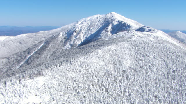 stockvideo's en b-roll-footage met snow covers a mountain ridge in new hampshire. - new hampshire
