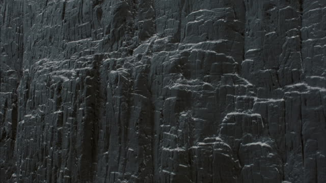 snow covers ledges on a steep cliff in utah. - formatfüllend stock-videos und b-roll-filmmaterial
