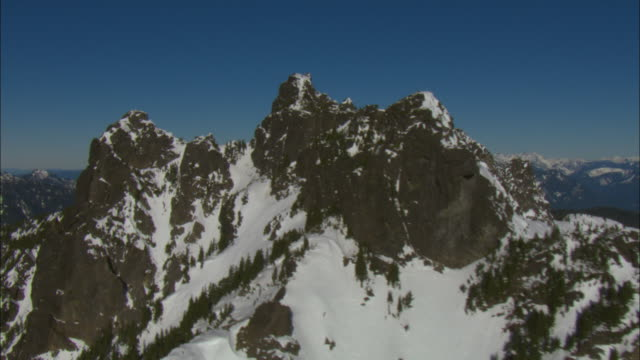 snow covers rocky peaks in the cascade range. - cascade range stock videos & royalty-free footage