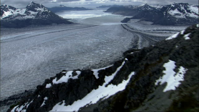 snow covers the rugged peaks of mountains around the columbia glacier in alaska. available in hd. - columbia glacier stock videos & royalty-free footage