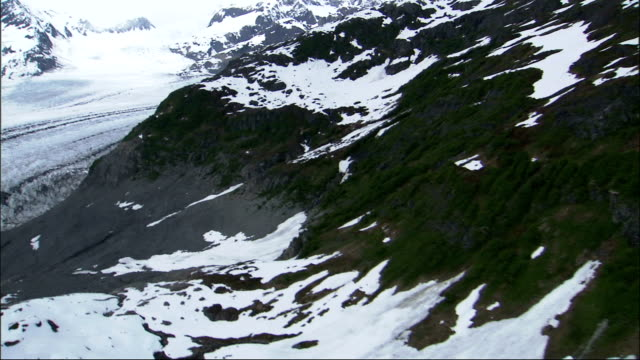 snow covers the rugged peaks of the chugach mountains around the columbia glacier in alaska. available in hd. - columbia glacier stock videos & royalty-free footage