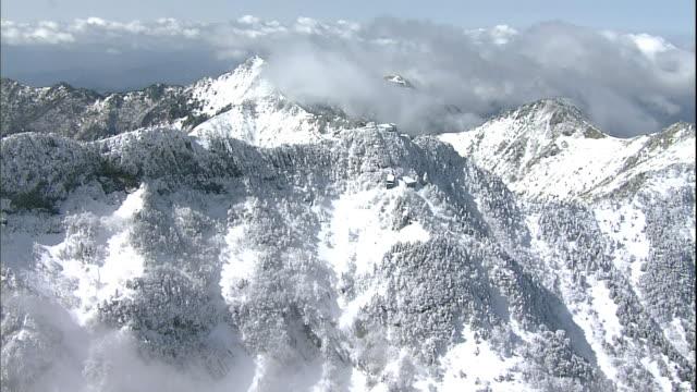 snow covers the summit and the ishizuchi-jinja shrine on mt. ishizuchi in japan. - 50 sekunder eller längre bildbanksvideor och videomaterial från bakom kulisserna