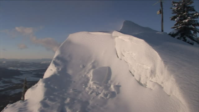 vidéos et rushes de snow drifts on a high mountain ridge. - neige fraîche