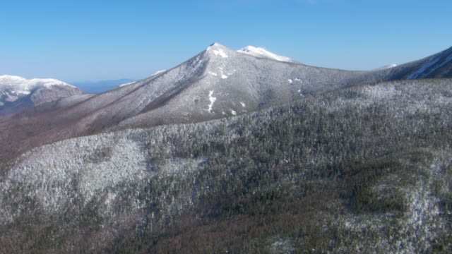 snow dusts the wooded slopes of mount lafayette. - new hampshire stock-videos und b-roll-filmmaterial