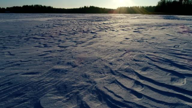 vidéos et rushes de facture de neige sur le lac gelé - glacé