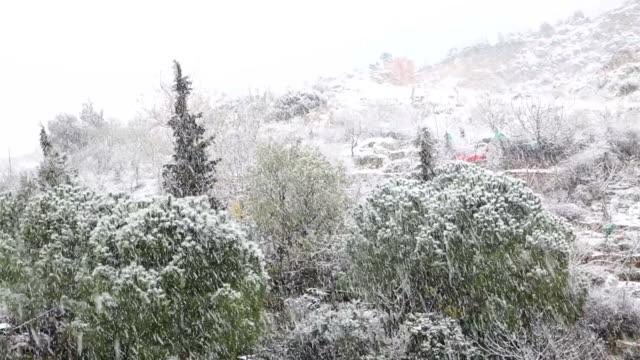 vídeos de stock, filmes e b-roll de queda de neve - snow cornice