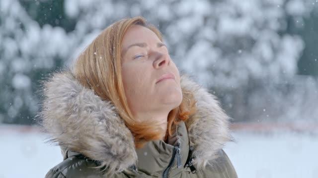 schnee fällt um ruhige frau, super slow motion - kopf nach hinten stock-videos und b-roll-filmmaterial