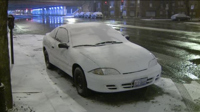 vídeos de stock, filmes e b-roll de snow falling on parked cars - chuva congelada