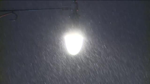 vídeos de stock, filmes e b-roll de snow falling on street lights - chuva congelada