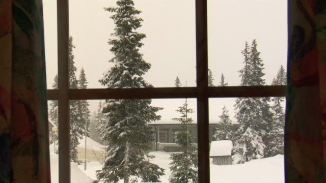 vídeos de stock e filmes b-roll de w/s snow falling  - cabana de madeira