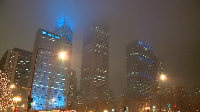 vídeos de stock, filmes e b-roll de wgn snow falls in front of chicago downtown buildings and a closeup of two prudential plaza on january 9 2016 - chuva congelada