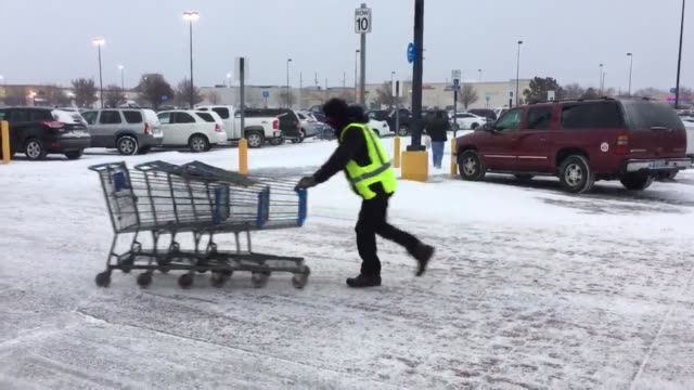 vídeos de stock e filmes b-roll de snow hits wichita kansas just in time for the holidays - wichita