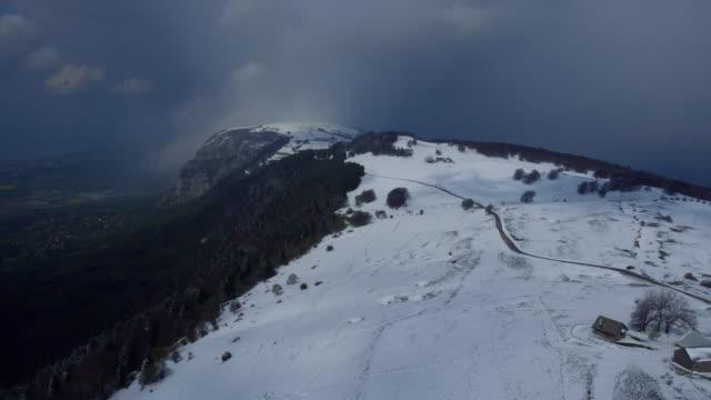 vidéos et rushes de bulletins d'enneigement au printemps sur la montagne près de genève, salève, france - chaîne de montagnes