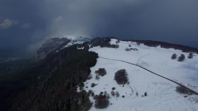 Snö i våren på berget nära Genève, Saleve, Frankrike