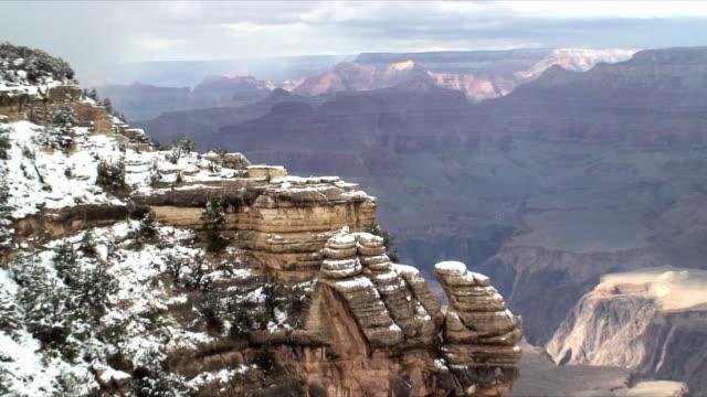 vídeos de stock e filmes b-roll de ms zo ws snow on south rim at grand canyon, arizona, usa - peter snow