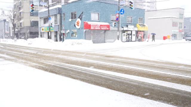 vidéos et rushes de neige sur la route et la circulation le matin à la ville de sapporo, japon - car