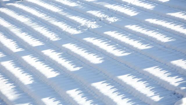 Schnee auf dem Dach mit Sonnenlicht und Schatten