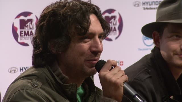 vídeos y material grabado en eventos de stock de snow patrol on being in belfast and feeling emotional about playing at the mtv europe music awards 2011 press conference at belfast northern ireland - snow patrol
