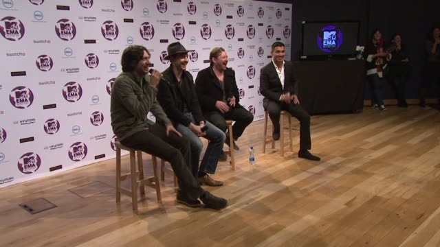vídeos y material grabado en eventos de stock de snow patrol on where the best place in belfast to go at the mtv europe music awards 2011 press conference at belfast northern ireland - snow patrol