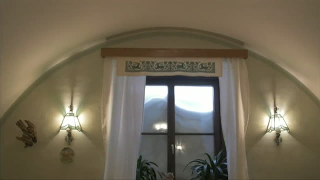 snow piled up at window of snowed in building in annaberg in the austrian alps - schneebedeckt stock-videos und b-roll-filmmaterial