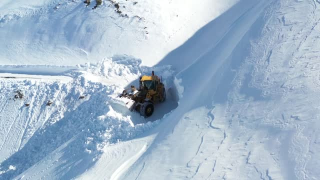 stockvideo's en b-roll-footage met snow ploughs and teams have spent days to clear masses of snow from the roads in highlands of eastern turkey. many roads in mus province were shut... - commercieel landvoertuig
