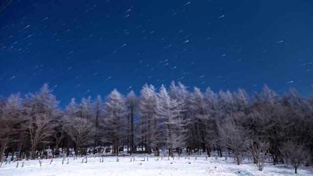 vídeos de stock, filmes e b-roll de snow scene of manhangjae hill with star field at hambaeksan mountain - espaço e astronomia