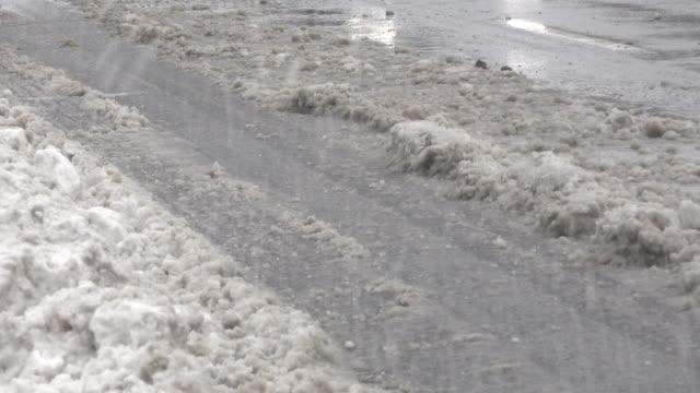 vídeos de stock, filmes e b-roll de snow storm: cars splashing slush ice in urban avenue: - toronto, canada - neve derretida