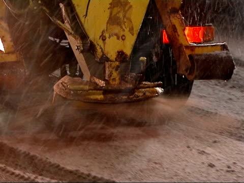 vídeos y material grabado en eventos de stock de traffic england london kentish town vars snow gritting lorry along high street as spreading grit night ends - kentish town
