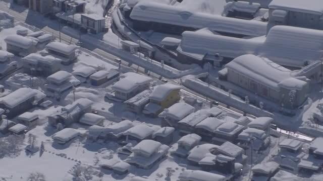 vídeos de stock e filmes b-roll de aerial, snow white urban area, akita, japan - coberto de neve