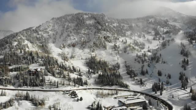 snowbird skigebiet in der hochsaison in der nähe von salt lake city utah in der wasatch mountain range - alta utah stock-videos und b-roll-filmmaterial