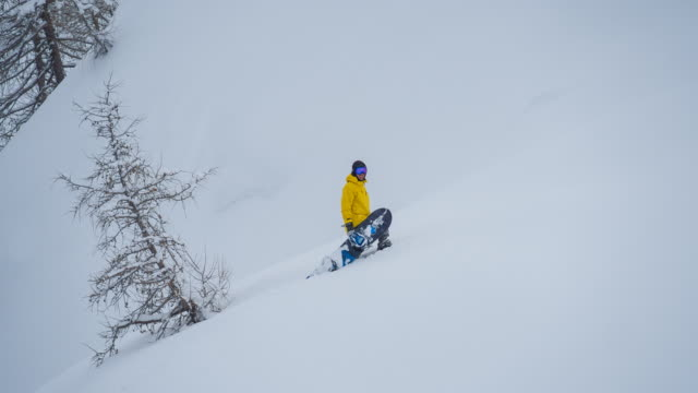 雪山を登るスノーボーダー - 冠雪点の映像素材/bロール
