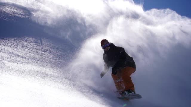 vídeos de stock, filmes e b-roll de snowboard o pó vire - neve seca e solta