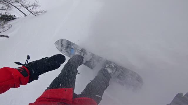 snowboarder machen tricks während der fahrt pulver - freistil skifahren stock-videos und b-roll-filmmaterial