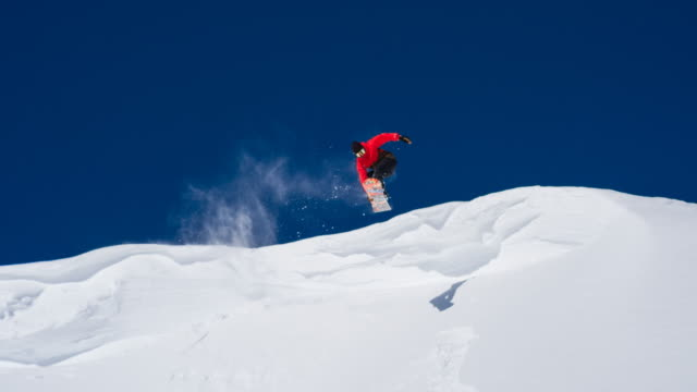 snowboarder enjoying sunny winter day - snowboard video stock e b–roll