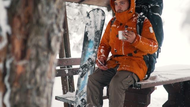 snowboarder in aktion in fresh powder snow - wintermantel stock-videos und b-roll-filmmaterial
