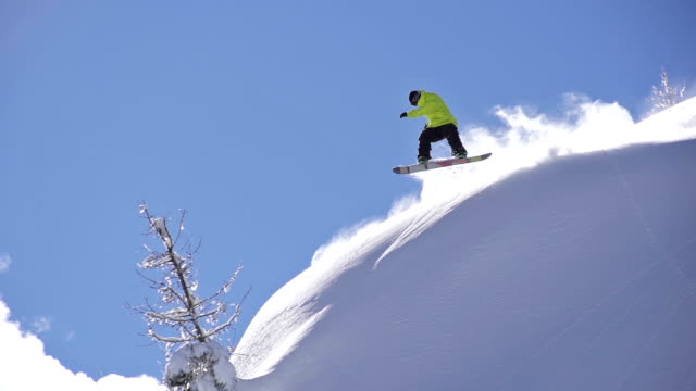 snowboarder saltando fuori cliff - snowboard video stock e b–roll