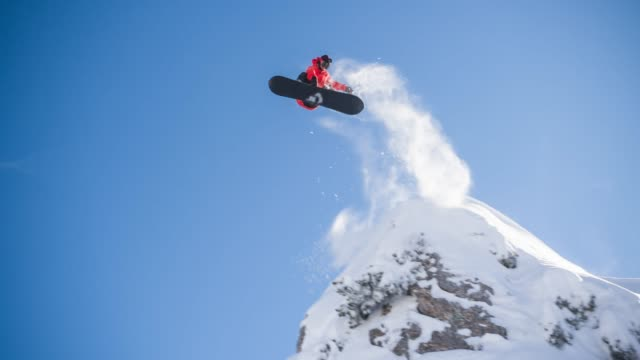 snowboarder jumping off a cliff - snowboard video stock e b–roll