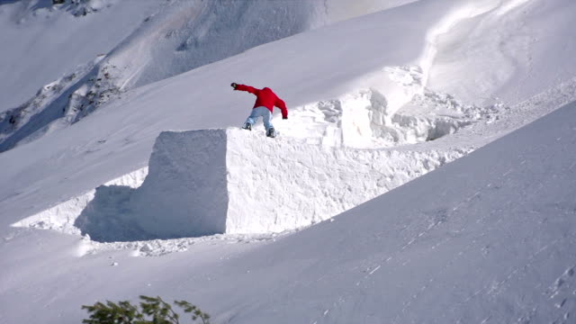 snowboarder jumps - pulverschnee stock-videos und b-roll-filmmaterial