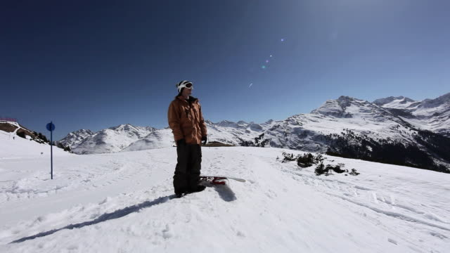 snowboarder looking at view on ski resort - einzelner mann über 30 stock-videos und b-roll-filmmaterial
