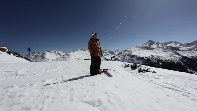 vídeos y material grabado en eventos de stock de snowboarder looking at view ski resort - vacaciones en la nieve