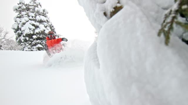 vídeos de stock, filmes e b-roll de slo mo snowboarder making a turn in powder snow - neve seca e solta