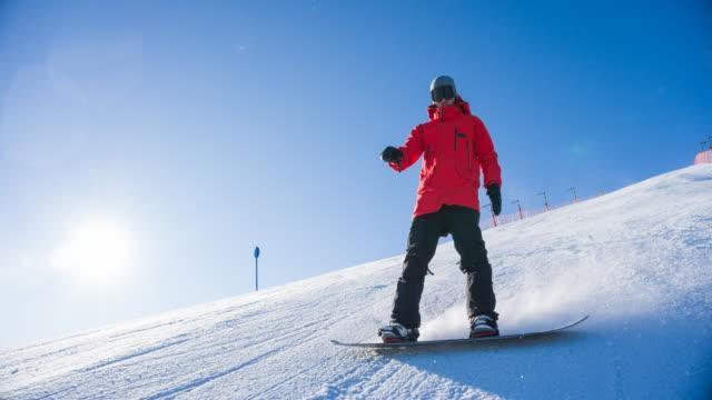 stockvideo's en b-roll-footage met snowboarder op een skihelling - skivakantie